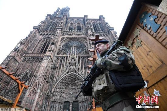 资料图:当地时间12月11日枪击案发生后,法国加强警戒,军队士兵进驻斯特拉斯堡市的景区。