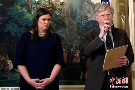 美国新任国家安全顾问约翰·博尔顿和白宫新闻秘书莎拉·赫卡比·桑德斯在华盛顿白宫听取了美国总统唐纳德·特朗普关于叙利亚问题的声明。