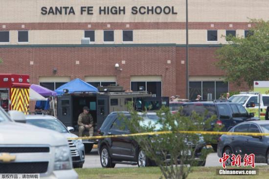 """当地时间5月18日上午7点45分,得州圣达菲高中发生枪击事件,死亡人数多达10人,另有约10人受伤。枪手在9点左右被警方逮捕,随后警方又拘捕另一名嫌疑人。美国媒体报道称,这是过去7天之内美国发生的第三起校园枪击,是美国今年的第22起校园枪击。有目击者称,枪手冲进教室大喊""""Surprise!""""然后向教室中的人群开火。根据ABC13对一位学生的电话采访,她说7点45分左右枪手冲进艺术课的教室,向学生们开火,当时老师大喊""""快跑"""",学生们就从教室的后门逃跑。其他目击者称,先听到了学校的警报声,然后紧接着听到三四声枪响。学生特纳说他的一个朋友在走廊里看到一个拿枪的人后,立即去拉响了学校的火灾警报。哈..."""