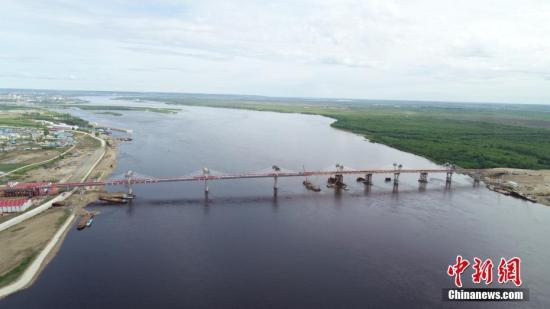 5月31日,中俄合建首座跨境公路大桥黑河——布拉戈维申斯克黑龙江(阿穆尔河)大桥实现合龙。作为中俄界河上第一座跨境公路大桥,建成后将形成一条新的国际公路大通道,实现中俄地方城市间互联互通。图为航拍大桥。 中新社记者 吕品 摄