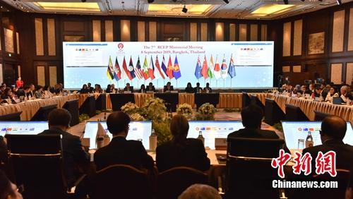 9月8日,《区域全面经济伙伴关系协定》(RCEP)第7次部长级会议在泰国曼谷举行,东盟10国和中国、日本、韩国、澳大利亚、新西兰、印度16方经贸部长或代表出席会议。 王国安 摄