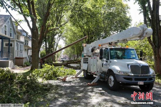 """当地时间2019年9月8日,加拿大新斯科舍,""""多里安""""袭击加拿大大西洋沿岸地区,吹倒树木、造成逾37万人无电可用,新斯科舍省首府哈利法克斯(Halifax)市区一个建筑起重机也被吹翻。加拿大飓风中心表示,""""多里安""""目前是强烈后热带风暴,以每小时150公里风速通过哈利法克斯。法新社引述当地官员说法表示,""""多里安""""已在诺省带来100毫米雨量,8日雨量恐翻倍。"""