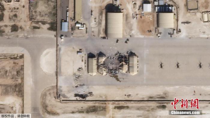 当地时间1月8日,卫星图像显示,伊拉克西部的Ain al-Asad美国空军基地在受到来自伊朗的火箭袭击后部分建筑物明显受损。