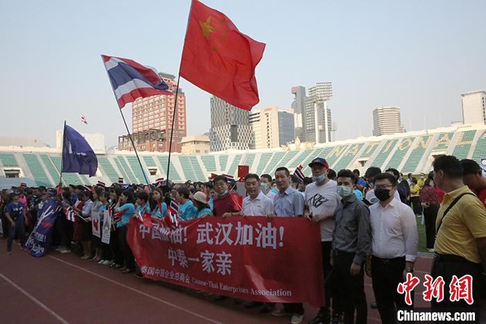 """2月20日,泰国""""体育人万众一心驰援中国""""足球义赛在曼谷国家体育场举行,为中国抗击新冠肺炎疫情筹集善款,共有12支业余足球队(含1支泰国中资企业总商会足球队)参加了义赛。主办方还组织500人上街巡游并高呼""""中国加油""""、""""武汉加油""""等口号,声援中国战""""疫""""。该足球义赛系根据泰国总理巴育的指示,由泰国旅游和体育部组织举办。 中新社记者 王国安 摄"""