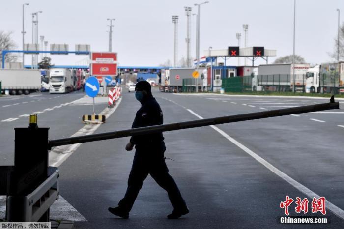 当地时间3月15日,在塞尔维亚和克罗地亚之间的巴德罗维奇过境点,一名带着防护面具的塞尔维亚边境警察在巡逻。据报道,塞尔维亚总统武契奇15日宣布,塞尔维亚进入国家紧急状态,采取包括禁止外国人入境等措施。
