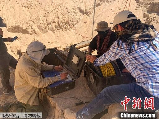 美联社8月7日消息,图为正在进行挖掘的地下隧道。该隧道从美国亚利桑那州的沙漠一直延伸到墨西哥境内。